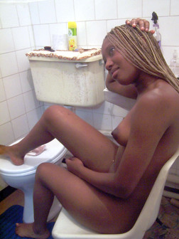 Naked longhaired ebony MILF posing in..
